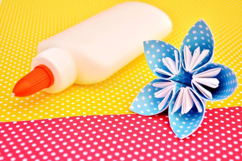 Origami fiore e bottiglia della colla fotografia stock libera da diritti