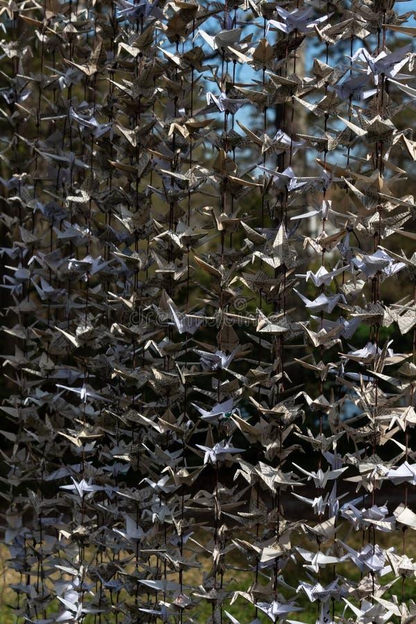 1000 origami incartano il dettaglio della scultura delle gru, le vecchie carte e le cose effimere immagine stock libera da diritti