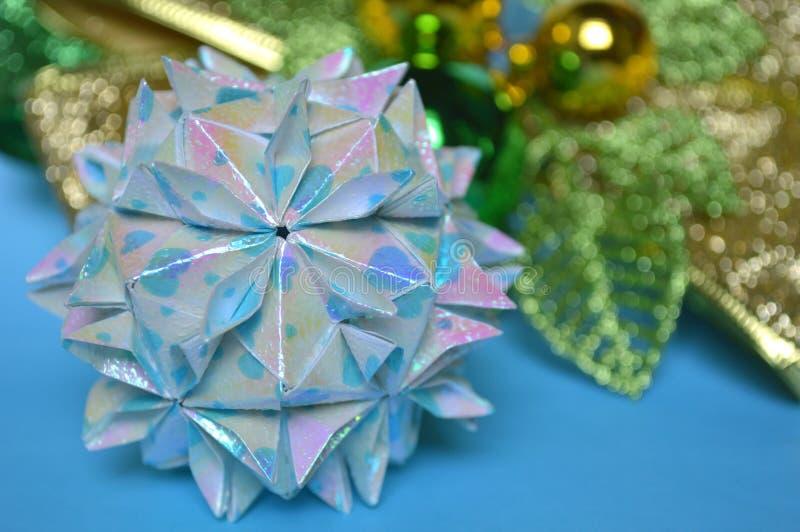 Origami modulaire, boule de fleurs de cerisier photographie stock libre de droits