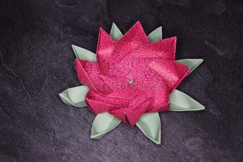 Origami rose Lotus Flower - art de papier sur le fond texturis? photos stock