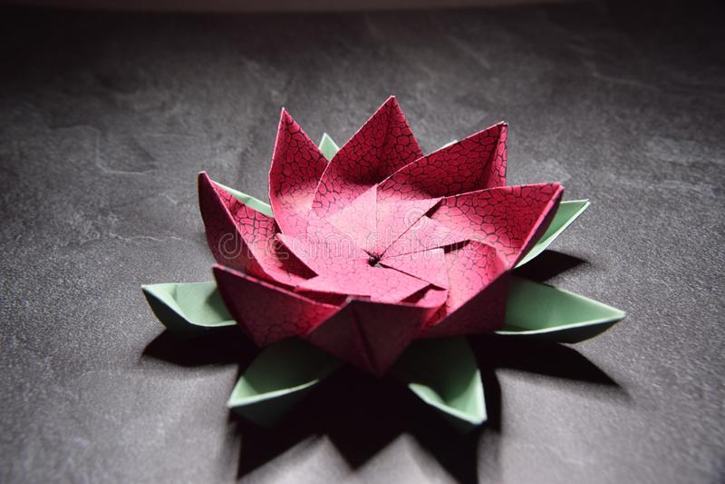 Origami rose Lotus Flower - art de papier sur le fond texturis? image stock