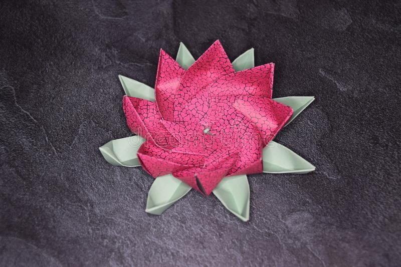 Origami rose Lotus Flower - art de papier sur le fond texturis? photos libres de droits