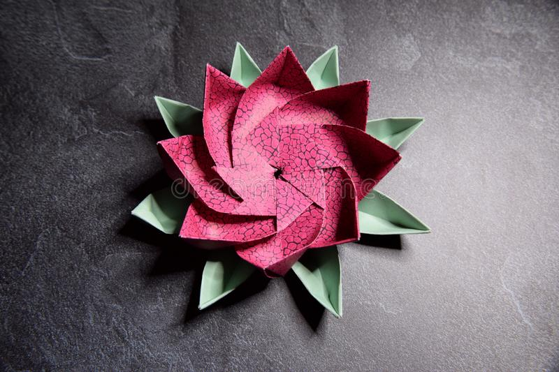 Origami rose Lotus Flower - art de papier sur le fond texturis? photos stock