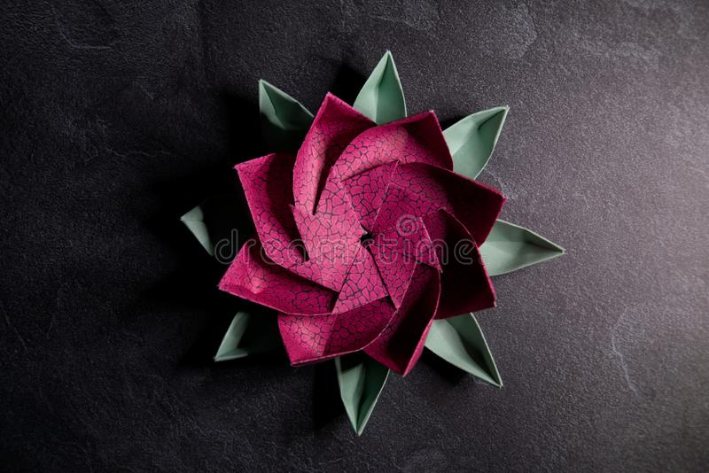 Origami rose Lotus Flower - art de papier sur le fond texturis? photographie stock