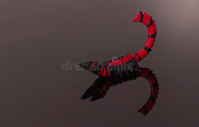 Origami skorpion w bój pozyci odizolowywającej fotografia royalty free