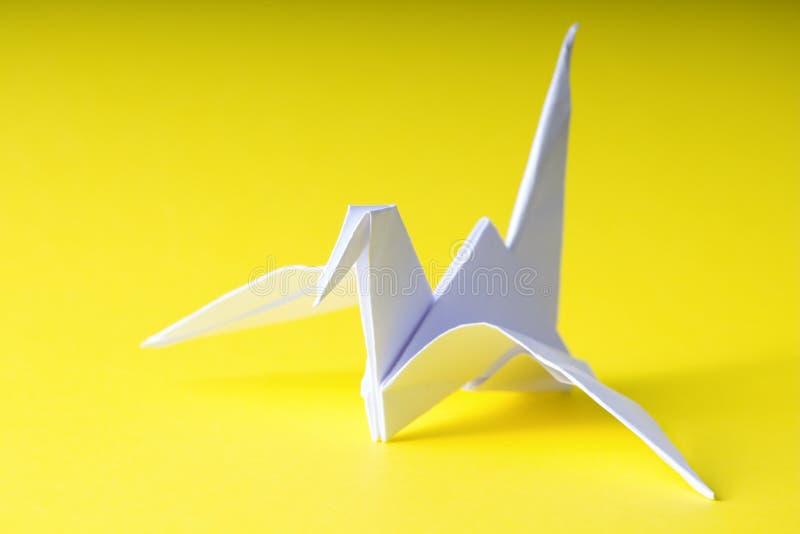 Origamidocument kraan op geel royalty-vrije stock afbeeldingen