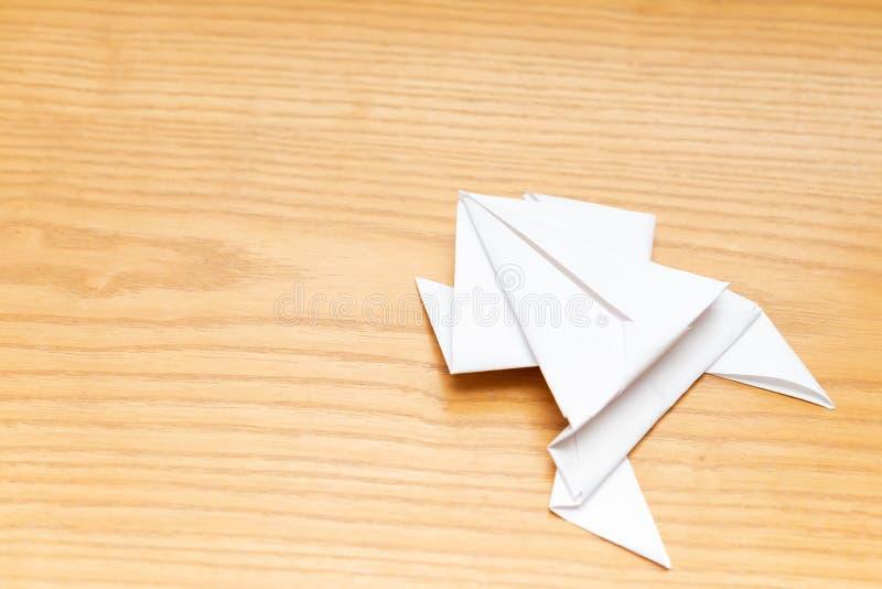 Origamikikker op houten lijst royalty-vrije stock foto's