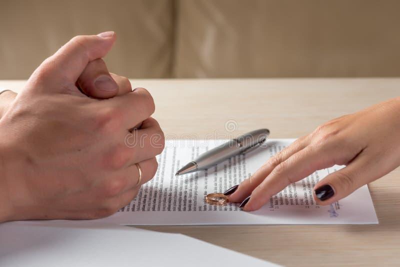 Originais de assinatura do divórcio da esposa e do marido, aliança de casamento de retorno da mulher foto de stock royalty free