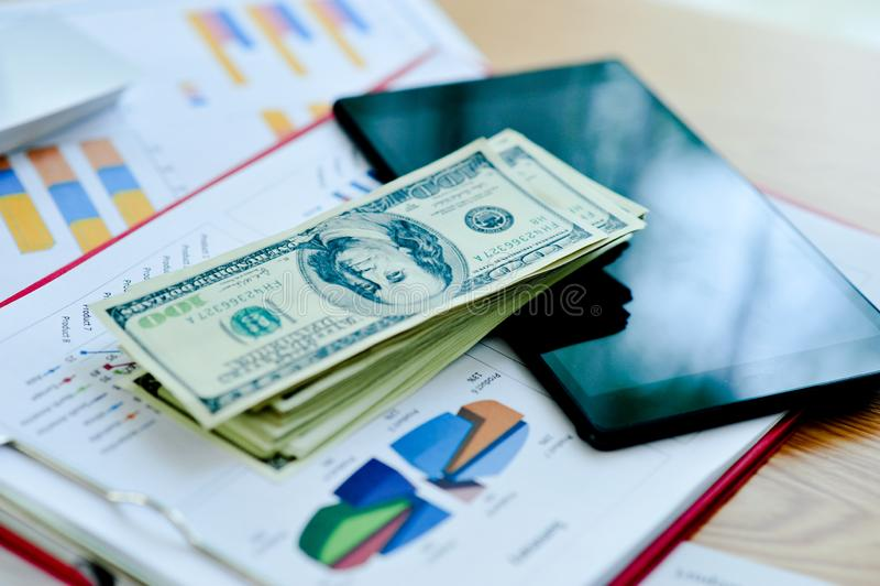 Originais de negócio, gráficos financeiros, e gráficos no DES do trabalho imagem de stock