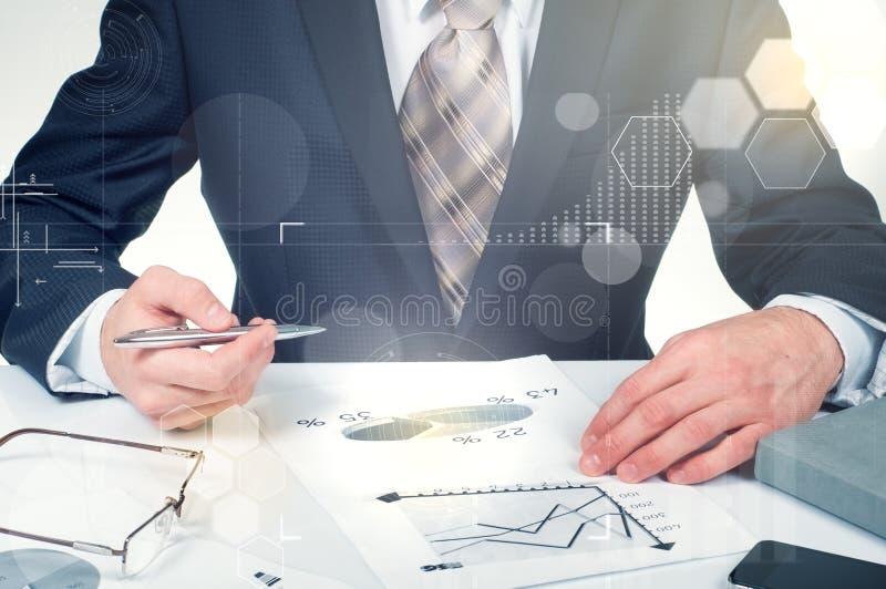 Originais de negócio na tabela do escritório com diagrama digital financeiro do laptop e do gráfico e no homem de negócios que tr imagem de stock royalty free