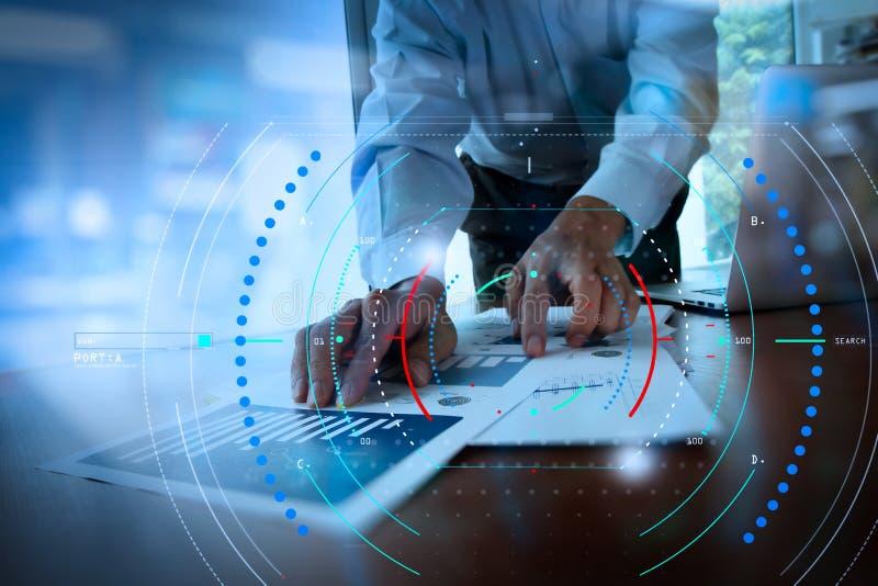 Originais de negócio na tabela do escritório com telefone esperto e digital fotos de stock royalty free