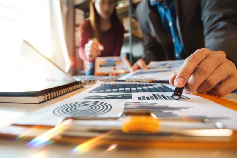 originais de negócio na tabela do escritório com telefone esperto e tabuleta e gráfico digitais fotos de stock royalty free