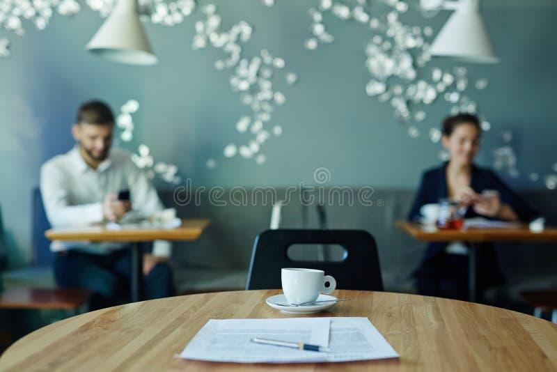 Originais de negócio na tabela no café imagem de stock