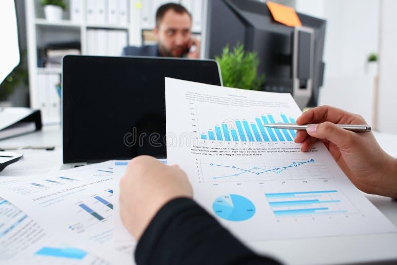 Originais do estudo da mulher de negócios no close up do escritório foto de stock royalty free