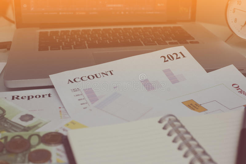 Original da análise financeira e parte do dinheiro e das moedas empilhados foto de stock royalty free