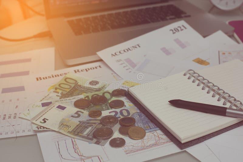 Original da análise financeira e parte do dinheiro e das moedas empilhados imagens de stock