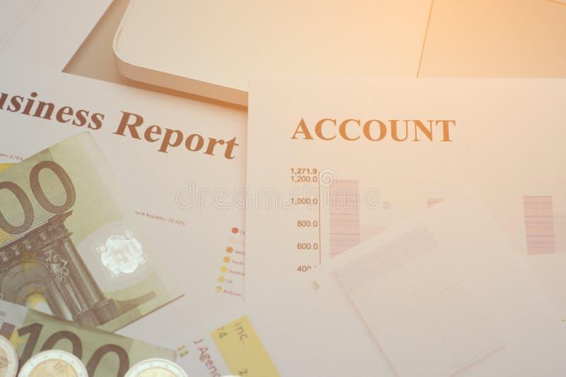 Original da análise financeira e parte do dinheiro e das moedas empilhados fotos de stock royalty free