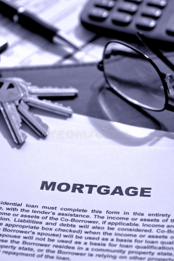 Original da hipoteca de bens imobiliários na mesa do corretor de imóveis imagens de stock royalty free