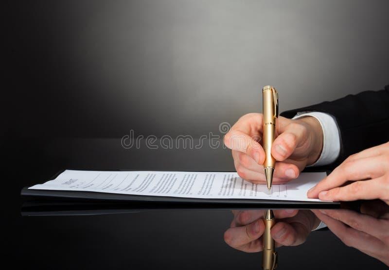Original de assinatura do homem de negócios na mesa imagem de stock