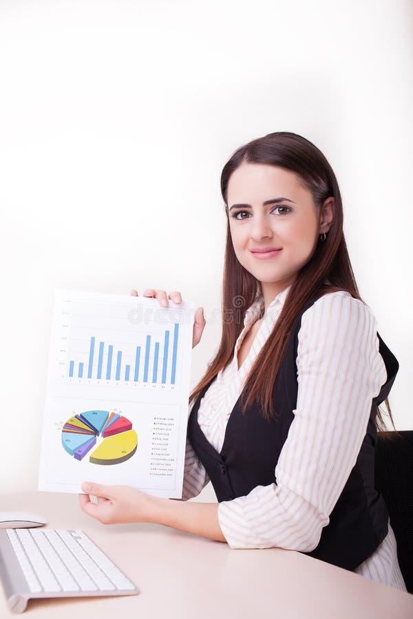 Original do relatório do papel da prancheta da posse do sorriso da mulher de negócios com fi fotografia de stock