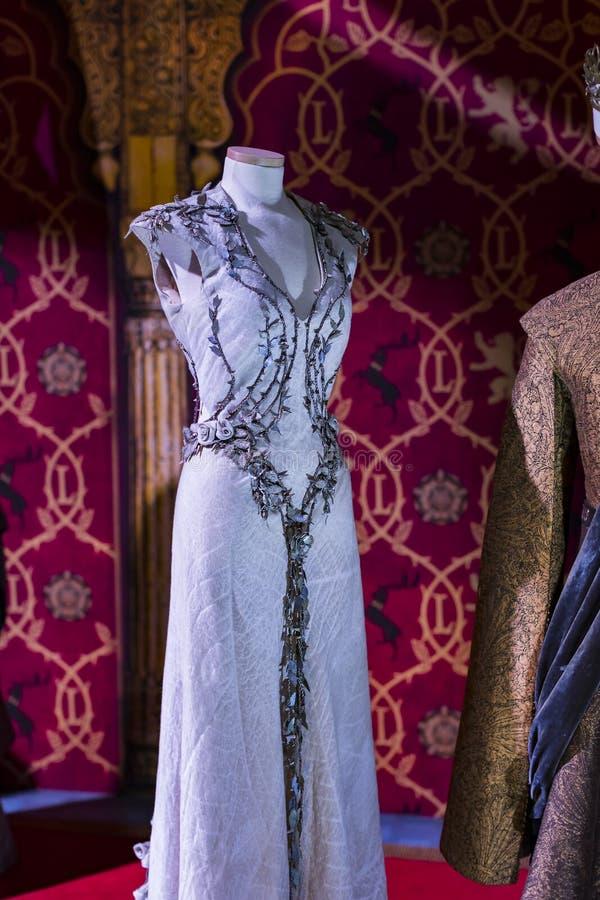Original- dräkter av skådespelare och stöttor från film`en The Game av biskopsstol` i lokalen av det maritima museet av Barcelona royaltyfri foto