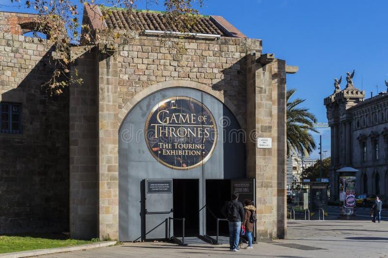 Original- dräkter av skådespelare och stöttor från film`en The Game av biskopsstol` i lokalen av det maritima museet av Barcelona arkivfoton