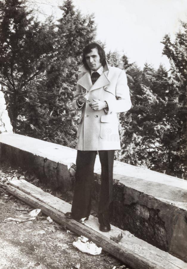 Original1970 foto, utomhus- italiensk man för tappning Modekläder royaltyfria foton