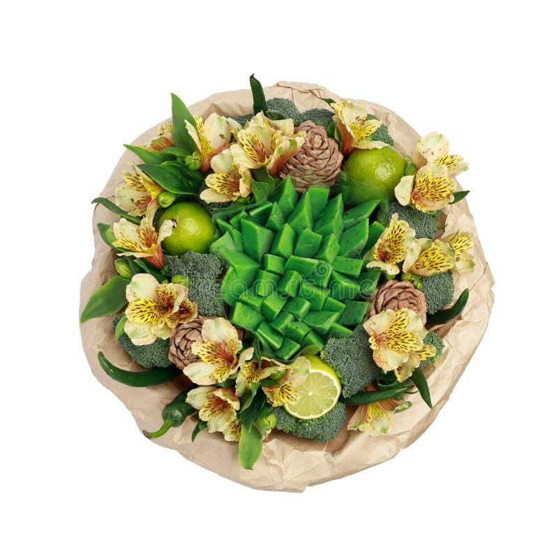 Original- gåva i form av en bukett av blommor, grönsaker och grön ost som står i en exponeringsglasvas som isoleras på en vit bac royaltyfri foto
