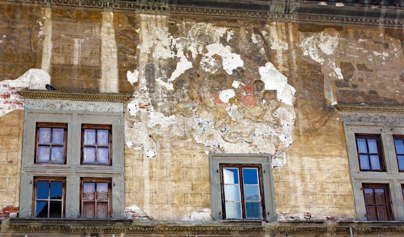 Original- historisk italiensk hyreshus med den flagnande stuckaturen arkivfoto