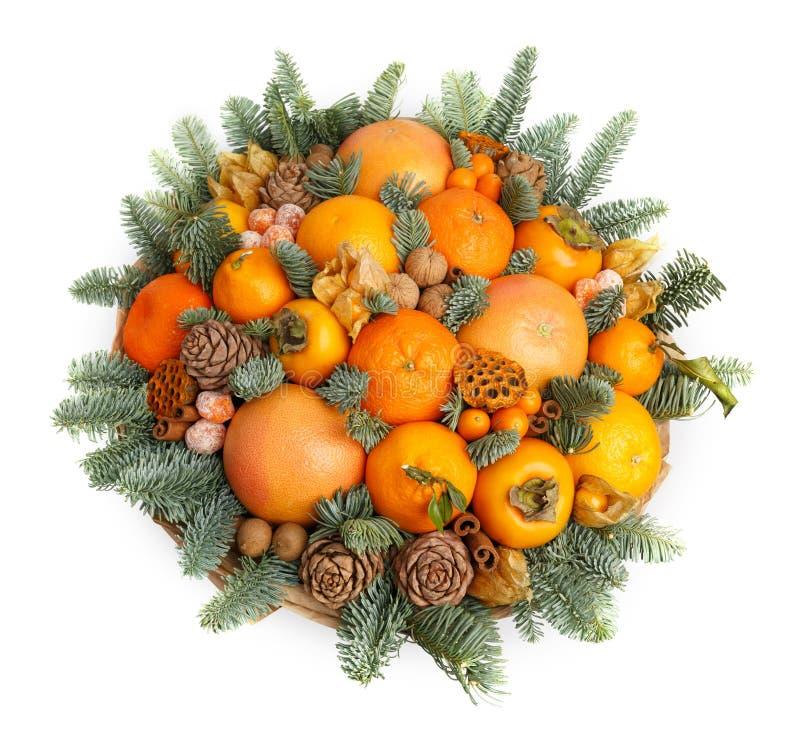 Original- julgåva i form av en bukett som består av tangerin, apelsiner, grapefrukt, persimon, valnötter som dekoreras med royaltyfria bilder