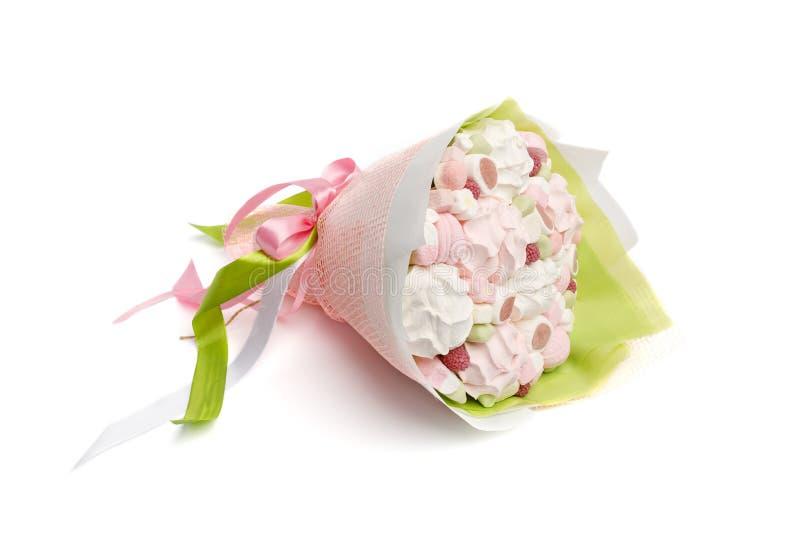 Original- läcker ätlig bukett som så består av godisar, marshmallower, bär av hallon och sefir på en vit bakgrund royaltyfri foto