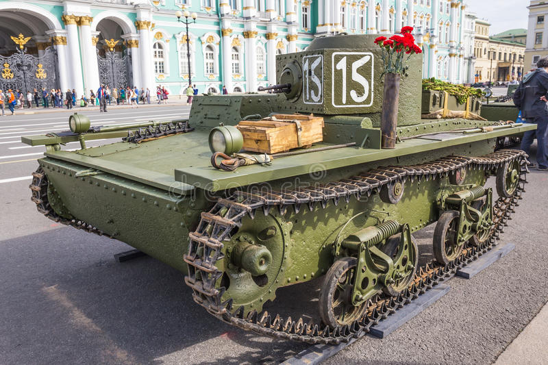 Original- liten sovjetisk amfibisk behållare T-38 av världskrig II på stadshandlingen på slottfyrkanten, St Petersburg royaltyfri foto