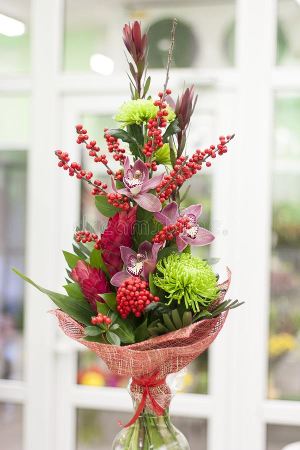 Original per grupp av blommor från alpint, orkidér, gröna krysantemum, leucadendron royaltyfri foto