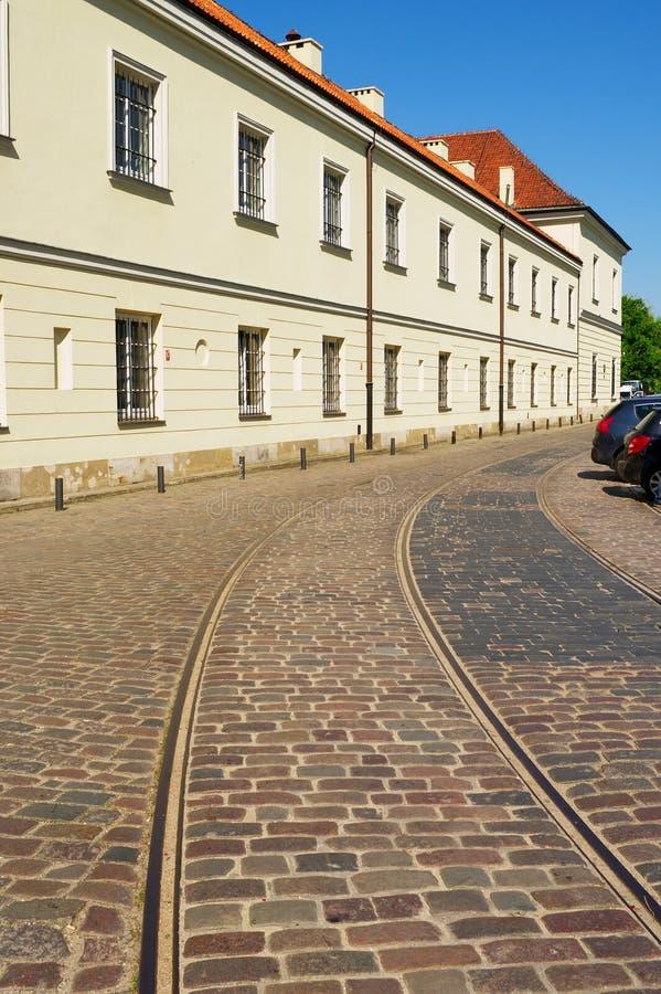 Original- pre-krig spårvagnspår på den Bohaterow Getta gatan i Warszawa, Polen arkivbilder
