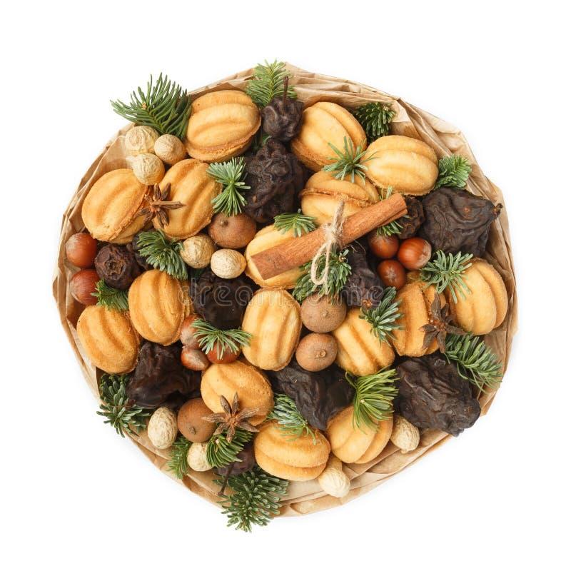 Original- söt gåva i form av en bukett som består av torkade frukter, kakor, muttrar på en vit bakgrund royaltyfri bild