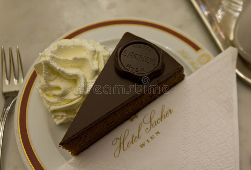 Original- Sacher Torte som tjänas som med piskad kräm royaltyfria foton