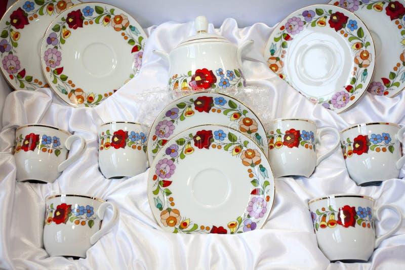 Original- ungersk handgjord bordsservis för Kalocsa bevekelsegrundporslin royaltyfria bilder