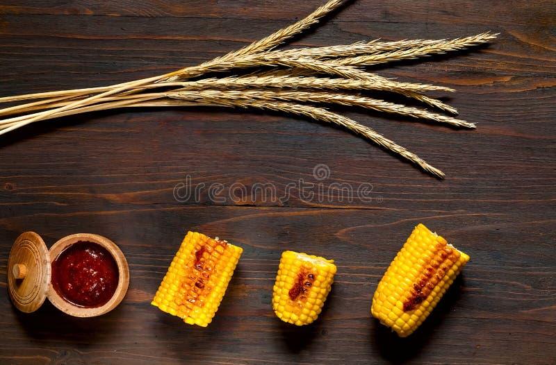 Originalet grillade havre med kryddig sås på en träbakgrund Bästa sikt, kopieringsutrymme arkivfoto
