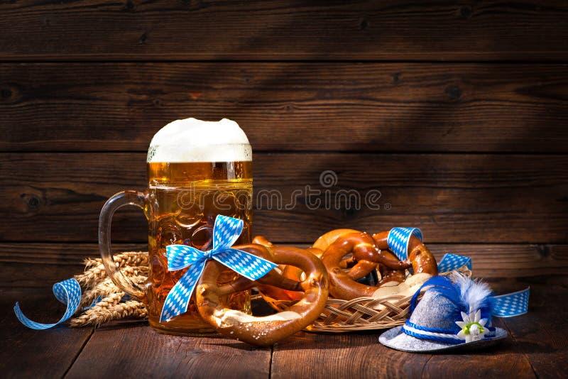 Originele Beierse pretzels met bierstenen bierkroes stock afbeelding