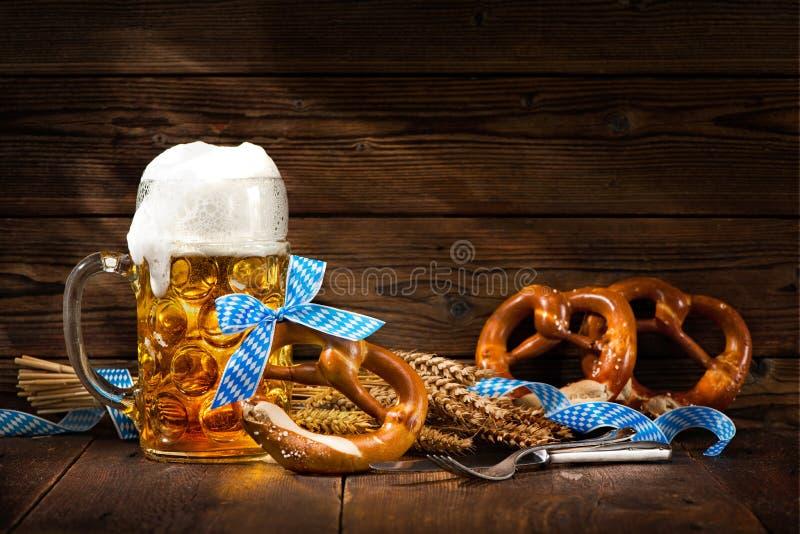 Originele Beierse pretzels met bierstenen bierkroes royalty-vrije stock afbeelding