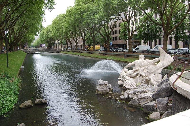 Originele fontein in de vorm van een mensenzitting op een vis royalty-vrije stock foto's