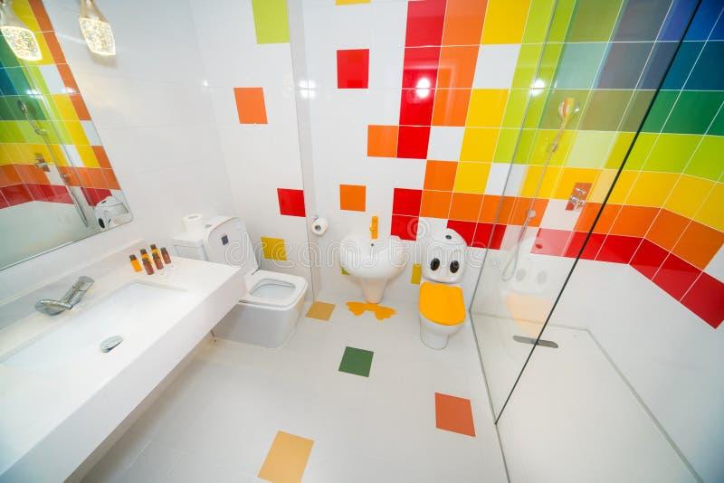 Originele kinderen` s badkamers in de flat van een vijfsterrenhotel in Kranevo, Bulgarije stock afbeeldingen