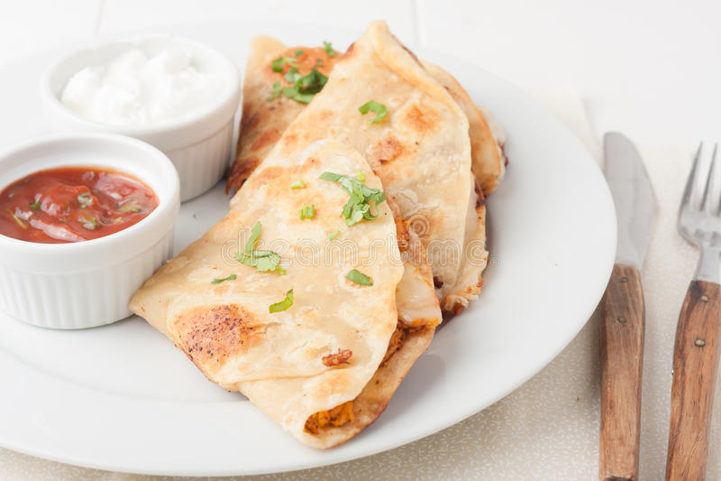 Originele Mexicaanse quesadilla op witte plaat stock foto