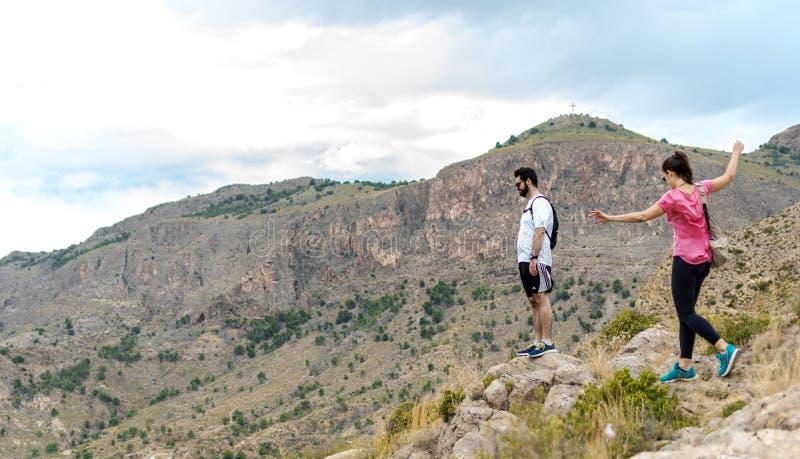 Orihuela, Espanha - 22 de junho de 2019: Grupo que caminha ir ao longo do monte no verão fotografia de stock