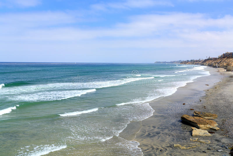 Orilla azul de la playa de Solana, CA imagenes de archivo