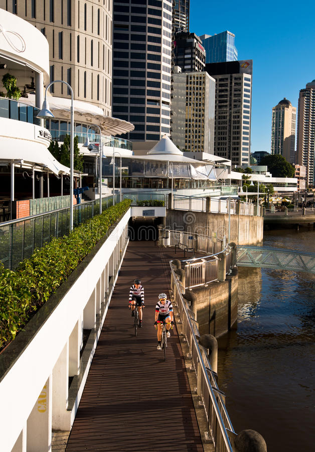 Orilla cycleway y edificios en Brisbane imagenes de archivo
