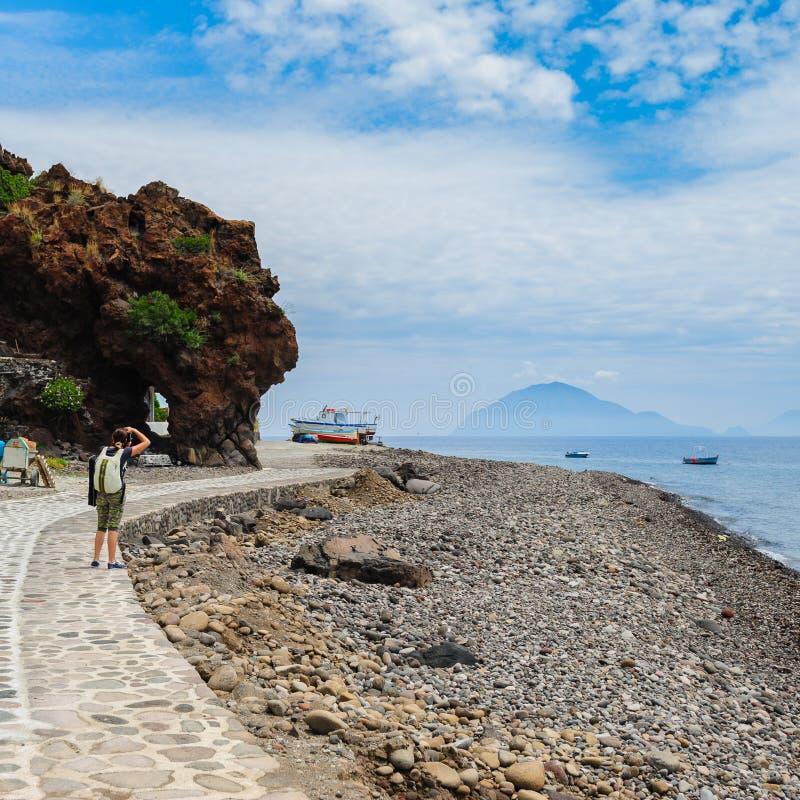 Orilla de la isla de Alicudi con Filicudi en el fondo, Sicilia fotos de archivo libres de regalías