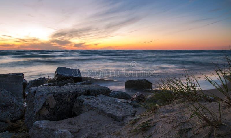 Orilla de la puesta del sol fotos de archivo