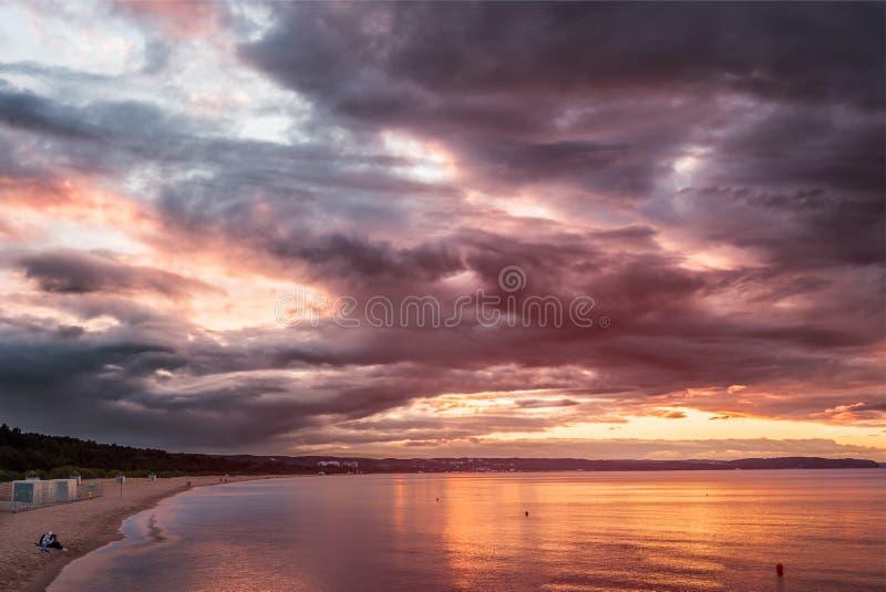 Orilla de mar Báltico en luces de la oscuridad imagen de archivo
