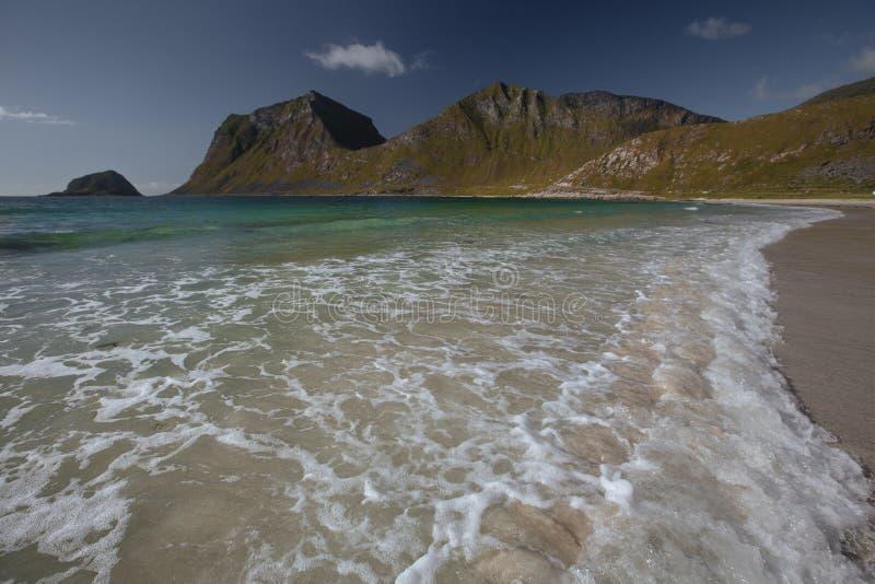 Orilla de mar de la turquesa con vista a las montañas en la Noruega en el tiempo de verano fotos de archivo libres de regalías